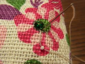 花形のビーズの横から針を出し、ビーズの幅で針を落とします。
