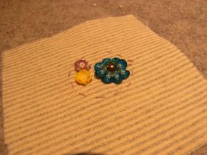 スパンコールで刺した、大きなお花と立体的な小花があります。