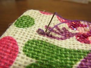 最初のビーズを止めた糸と、ずれないようにして左際に針を落とします。