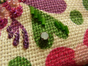 立体的に刺したお花の隣にある、ハートと紫の葉を刺します。