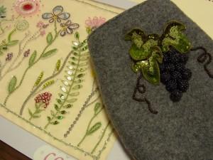 葉と13粒の葡萄の実をブローチにします。繊細なお花模様を刺してバックにします。