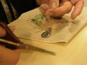 残しておいた糸を、針に通しビーズを2~3粒入れて生地に縫い止めます。