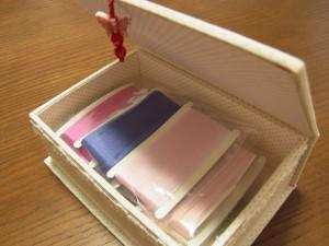 箱の中にはリボン刺繍用のリボンが入っています。
