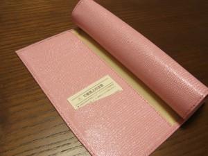 手帳のカバーが合皮なので、丸めることができます。