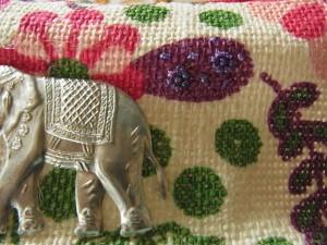 象のマークの横に、ビーズで小さいお花をクルッと巻いて刺しています。