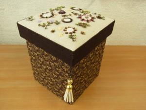 ビーズ刺繍をした生地を、蓋にした縦長の箱があります。