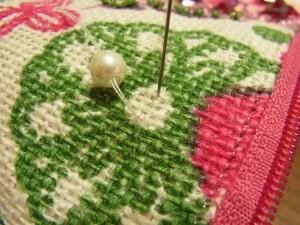 花芯部分から針を出し、パールを通して幅分で針を落とします。