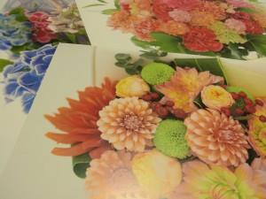 鮮やかなお花のカレンダーがあります。
