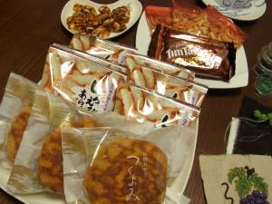 おやつです。おせんべい、チョコレート、ピーナツ、どら焼きがあります。