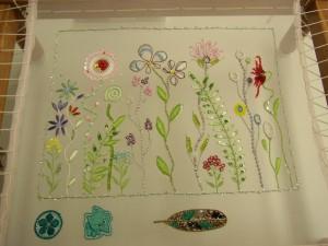 アリワークの刺繍が完成です。細かい糸刺繍で刺したお花があります。