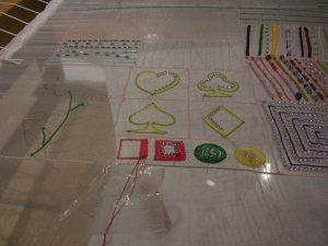 アリワークで刺しています。糸刺繍で正方形を刺しいます。