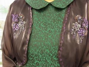 ボレロの両胸にビーズ刺繍が完成しています。スパンコールとびーずで刺した、4種類のお花です。