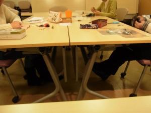3名様がテーブルを囲んでビーズ刺繍をしています。
