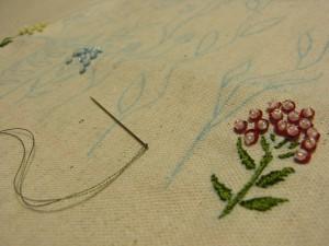花びらをスパンコールとビーズで刺した小花です。葉は糸刺繍をしています。