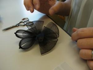 バランスをとりながら、蝶ネクタイのような形の4枚のパーツを組み合わせています。