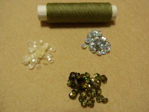 レーヨン糸とスパンコールを使って、帯にビーズ刺繍をします。