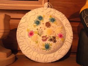パステル調の円形の壁飾りです。スパンコールとビーズで沢山のお花が刺してあります。