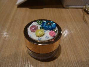 ケースの蓋に飾っています。バランスの良い立体的なお花が3個あります。