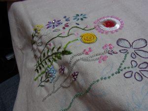 細かい花の刺繍を丁寧に刺しています。ビーズとスパンコールを使っています。