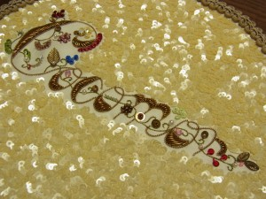 教室名Cocomorが刺繍された円形のマットです。