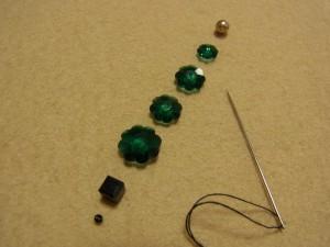 2本取りの糸と、花形ビーズメタルビーズ、スクエア型ビーズなどが縦方向に並んでいます。