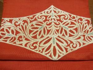 銀糸の刺繍が沢山刺してある帯です。葉がアレンジしてある柄です。
