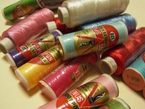 ビーズ刺繍に使うポリエステル糸とレーヨン糸です。