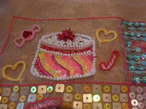 カラフルなホール型のケーキとキャンディーが刺してあります。