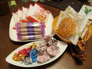 チョコレート、おせんべいなどがお皿に盛られています。