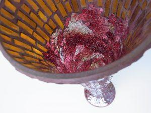 ステンドグラスのような縦長の花瓶の中は、美しいグラデーションです。
