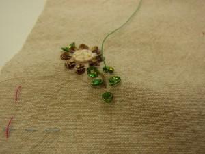 花芯部分は、コードをぐるぐる巻きながら刺しています。その周りにカップ型スパンコールを刺しています。
