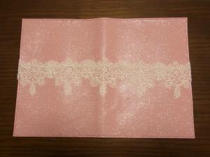 レースを1本取りの糸で手帳に縫います。