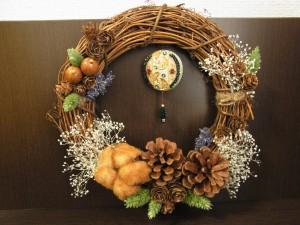 ウッドを基調としたナチュラルなクリスマスリースです。ドライフラワーやコットンが飾ってあります。中央のはビーズ刺繍を作ったオーナメントが飾ってあります。