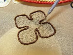 輪郭を刺した4枚の花びらの中に、糸刺繍を刺しています。