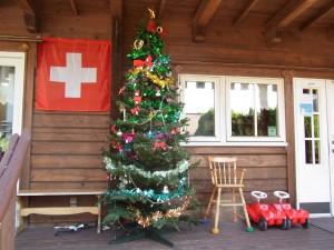 入り口の横にある大きなクリスマスツリーです。