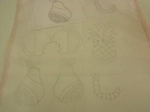 アリワークの図案でリンゴ、洋梨、パイナップル、虫を生地に転写しました。