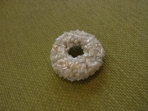 竹ビーズ、パール、が沢山刺してある円形のブローチです。