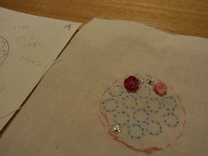 キュートな小花が2つ刺してあります。