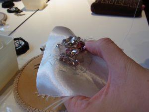 円形のブローチです。大きなクリスタルが中心に刺してあります。
