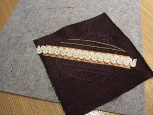 ツイストワイヤーを糸で固定しています。