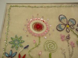 アリワークの糸刺繍でできた、4種類の花があります。