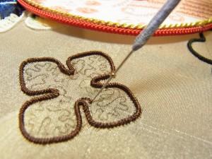 先ほどの輪になっていた糸を針にかけます。