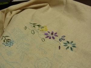 糸刺繍をした小花が4種類刺されています。