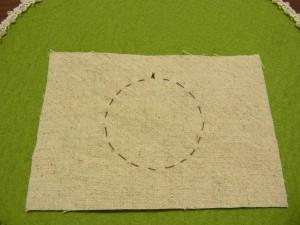 円を書いた線を、チクチク縫っていきます。