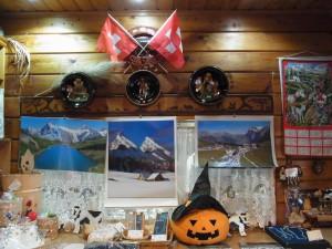 1階はスイス料理のお店です。ハロウイーンのかぼちゃとスイスのグッツが並んでいます。