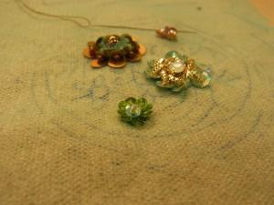 立体的な お花が2個スパンコールとビーズ刺してあります。