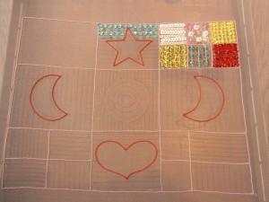 アリワークで星、ハート、三日月を糸刺繍しています。