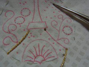 紐でエッフェル塔の輪郭を縫い止めています。
