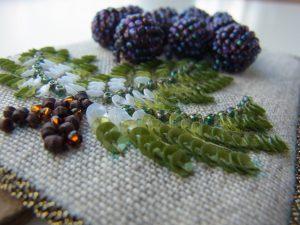 葉を刺した生地に葡萄を縫い付けています。