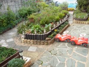 日暮里校のシャレイスイスミニのお庭に、子供が乗って遊ぶ車が置いてあります。